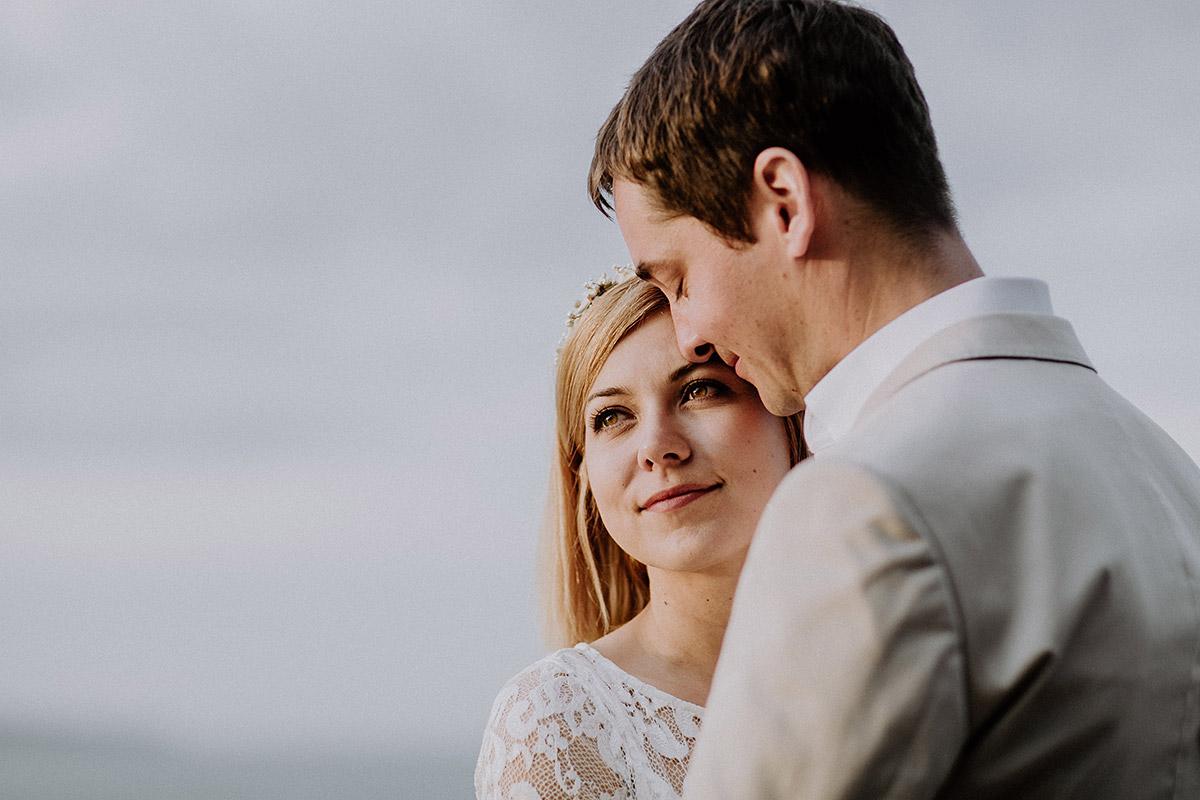 verträumtes Brautpaarfoto bei Hochzeit an der Ostsee - Rügen Hochzeitsfotograf © www.hochzeitslicht.de