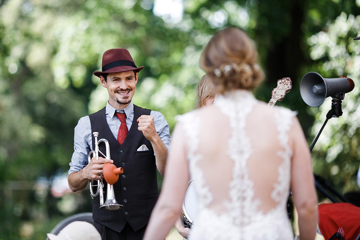 Braut mit Jazz-Band bei Vintage-Hochzeit - Schloss Marquardt Hochzeitsfotograf Potsdam © www.hochzeitslicht.de