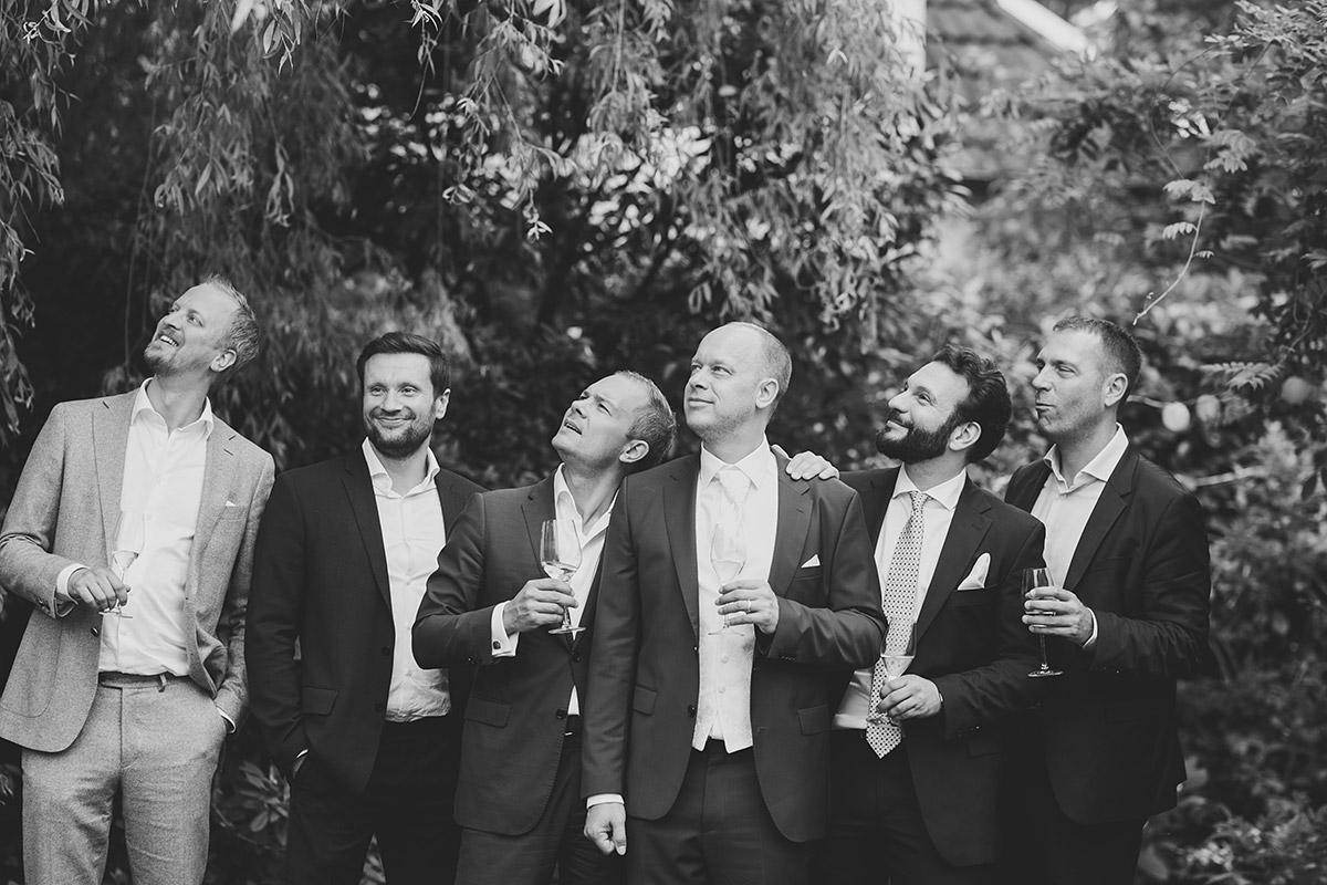 Gruppenfoto Bräutigam mit Best Men - Hochzeitsvilla Zehlendorf Hochzeitsfotograf © www.hochzeitslicht.de