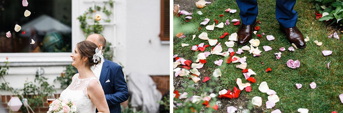 Auszug Brautpaar nach Trauung Blütenblätter Konfetti- Hochzeitsvilla Zehlendorf Hochzeitsfotograf © www.hochzeitslicht.de