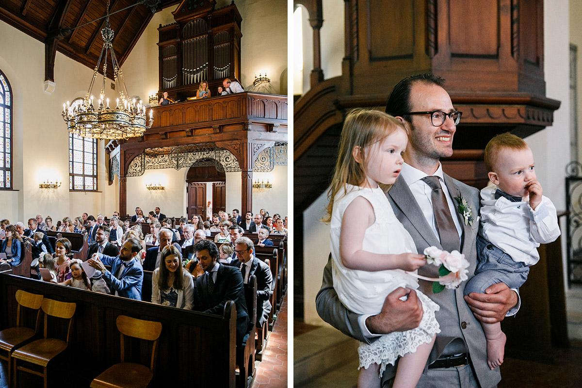 Hochzeitsreportagefotos von Gästen und Bräutigam mit Kindern Trauung in Dorfkirche Marquardt - Schloss Marquardt Hochzeitsfotograf Potsdam © www.hochzeitslicht.de