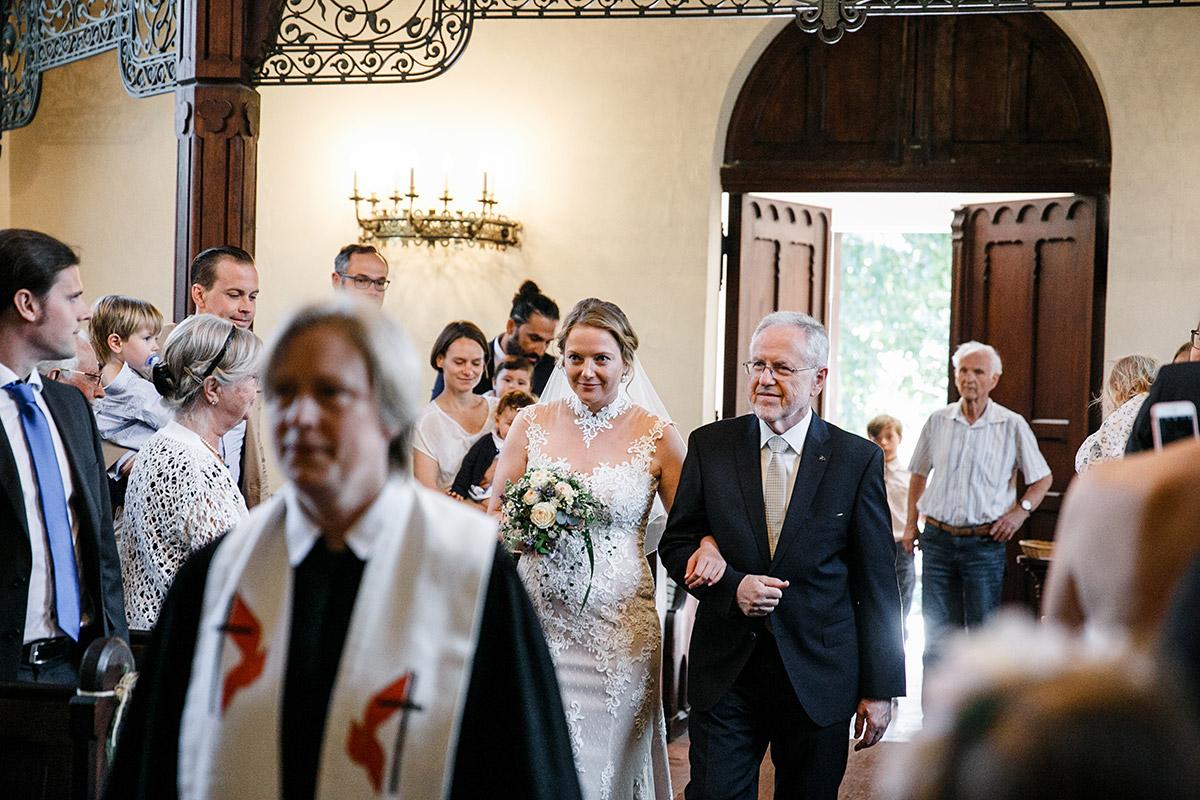 Hochzeitsfoto vom Einzug der Braut Trauung in Dorfkirche Marquardt - Schloss Marquardt Hochzeitsfotograf Potsdam © www.hochzeitslicht.de