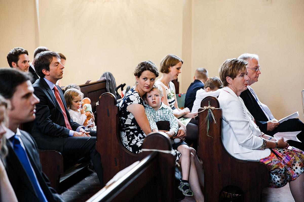 Hochzeitsfoto Hochzeitsgesellschaft Trauung in Dorfkirche Marquardt- Schloss Marquardt Hochzeitsfotograf Potsdam © www.hochzeitslicht.de