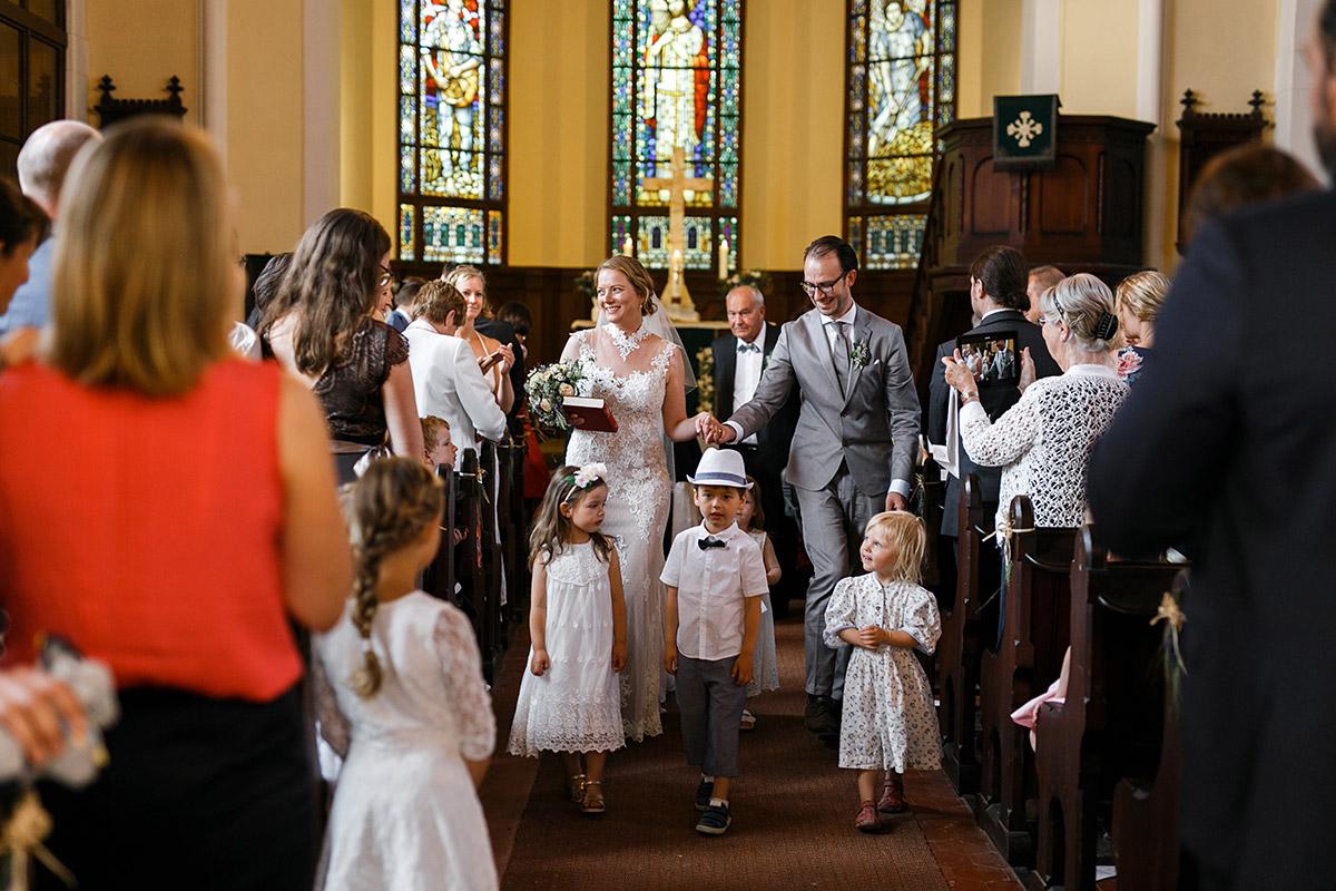 Auszug Brautpaar Trauung in Dorfkirche Marquardt- Schloss Marquardt Hochzeitsfotograf Potsdam © www.hochzeitslicht.de