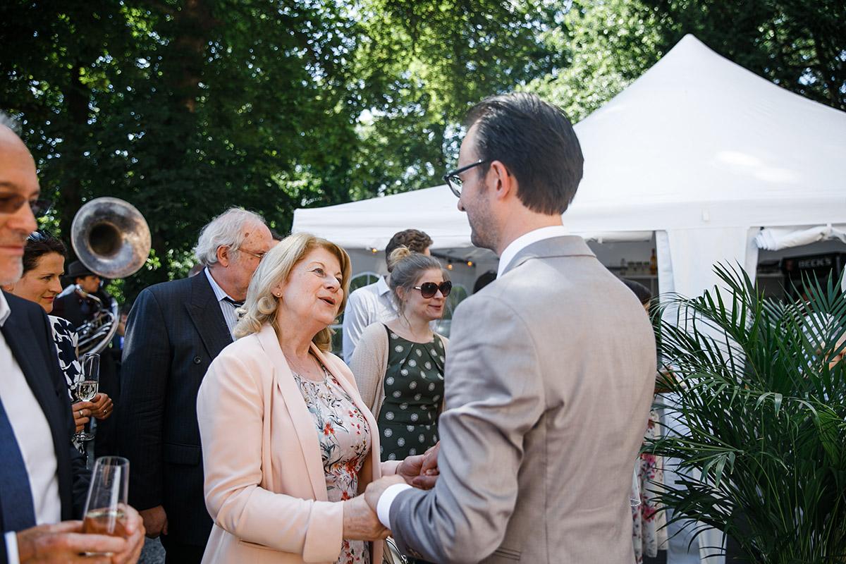 Hochzeitsreportage Gratulation nach Trauung - Schloss Marquardt Hochzeitsfotograf Potsdam © www.hochzeitslicht.de