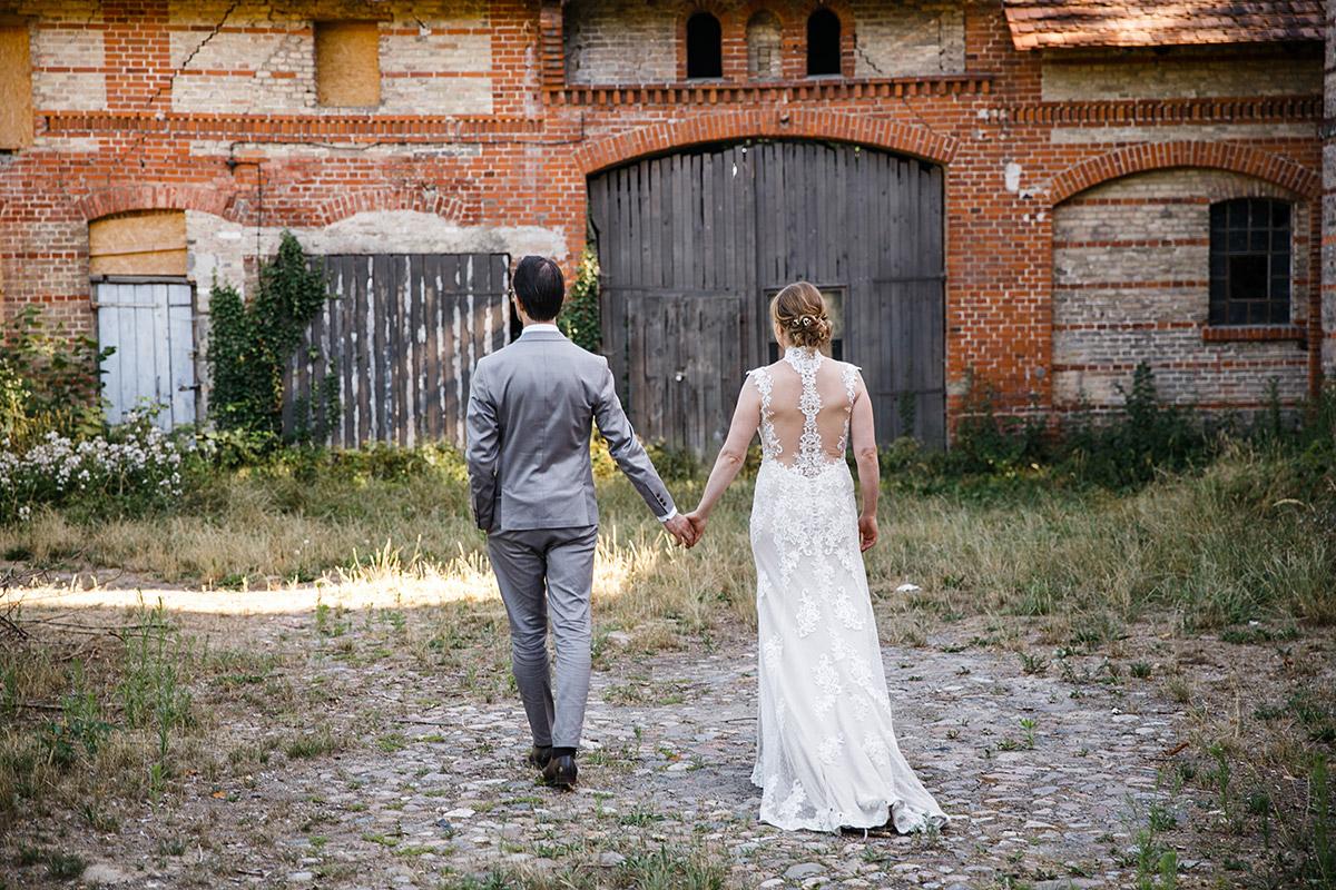 Brautpaarfoto an Scheune - Schloss Marquardt Hochzeitsfotograf Potsdam © www.hochzeitslicht.de