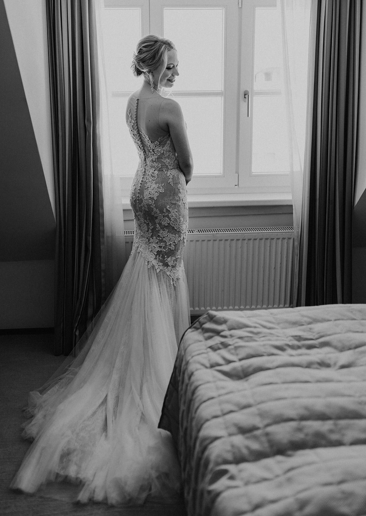 Getting Ready der Braut in Brautkleid von Pronovias im Meerjungfrauen-Schnitt mit Schleppe - Schloss Glienicke Hochzeitsfotograf Potsdam © www.hochzeitslicht.de