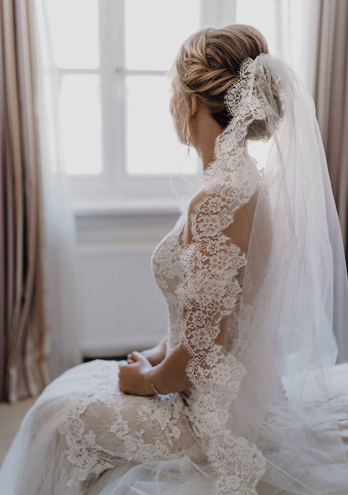 romantisches Hochzeitsfoto Braut mit Spitzenkleid Pronovias und Schleier - Schloss Glienicke Hochzeitsfotograf Potsdam © www.hochzeitslicht.de