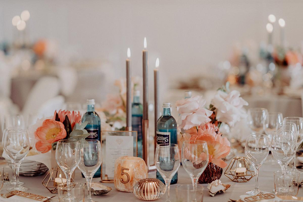 sommerliche Tischdekoration mit Blumen und Kupfer - Villa Blumenfisch Berlin Hochzeitsfotograf © www.hochzeitslicht.de