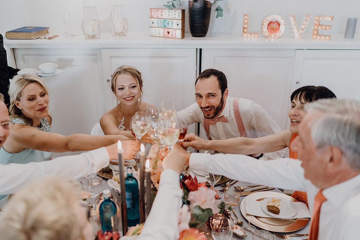 Anstoßen Hochzeitsdinner Boho Hochzeit - Villa Blumenfisch Berlin Hochzeitsfotograf © www.hochzeitslicht.de