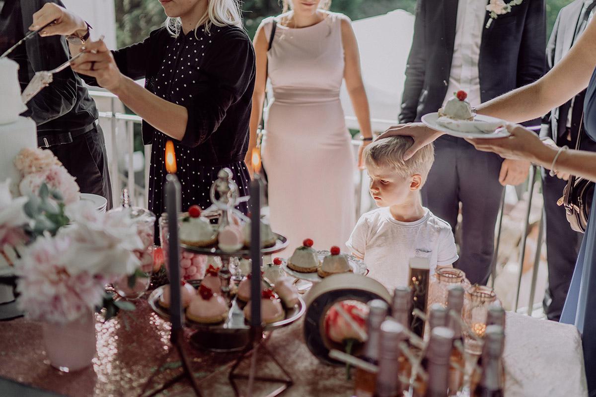 Hochzeitsreportage Hochzeitsgäste an Kuchenbuffet - Villa Blumenfisch Berlin Hochzeitsfotograf © www.hochzeitslicht.de