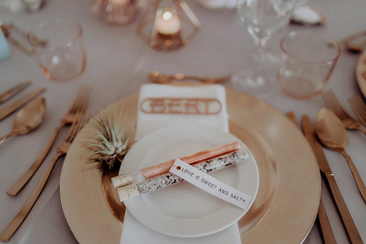 Hochzeitsfoto Kupfer Tischdekoration und Gastgeschenk Salz und Zucker in Reagenzgläsern - Villa Blumenfisch Berlin Hochzeitsfotograf © www.hochzeitslicht.de
