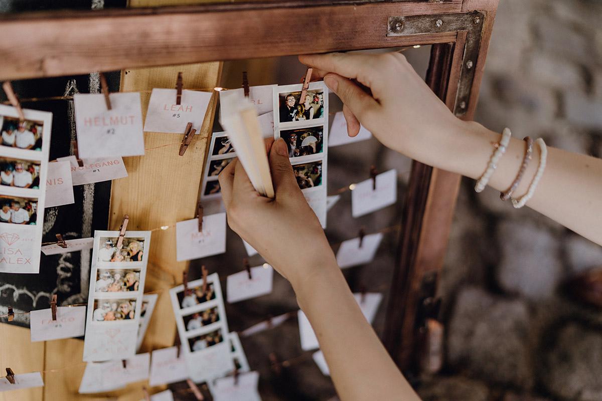 Gästebuch mit Photobooth-Fotos bei eleganter Boho Hochzeit - Villa Blumenfisch Berlin Hochzeitsfotograf © www.hochzeitslicht.de