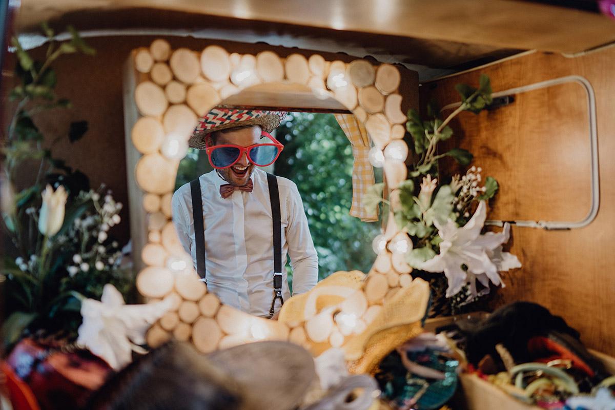 Hochzeitsreportagefoto Verkleidungen Photobooth - Villa Blumenfisch Berlin Hochzeitsfotograf © www.hochzeitslicht.de