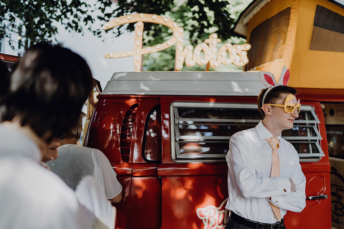 Gäste vor lustigem Photobooth Boho Hochzeit - Villa Blumenfisch Berlin Hochzeitsfotograf © www.hochzeitslicht.de