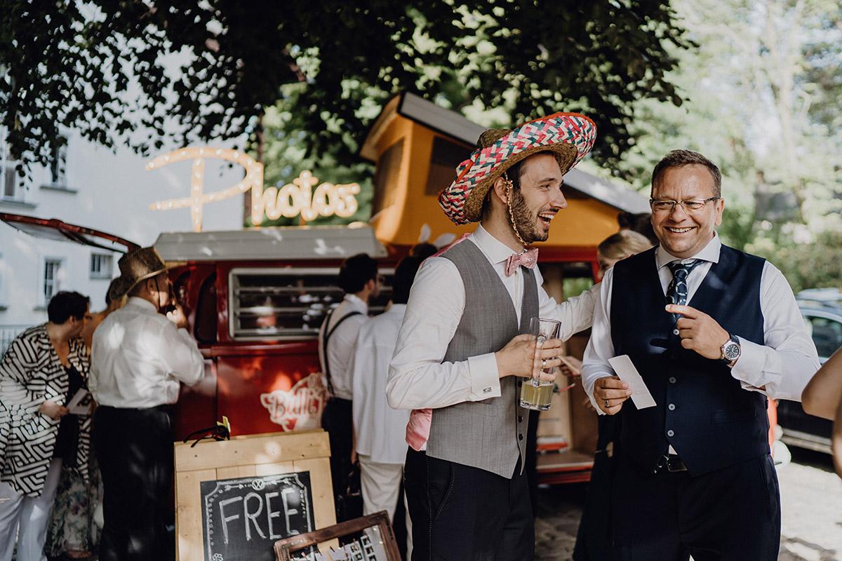 verkleideter Bräutigam bei Photobooth - Villa Blumenfisch Berlin Hochzeitsfotograf © www.hochzeitslicht.de