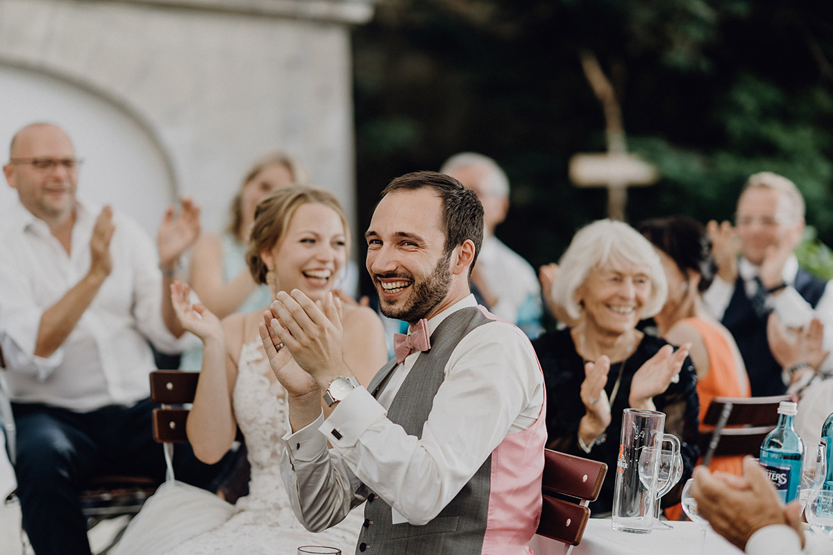 ungestelltes Hochzeitsfoto Brautpaar Hochzeitsfeier - Villa Blumenfisch Berlin Hochzeitsfotograf © www.hochzeitslicht.de