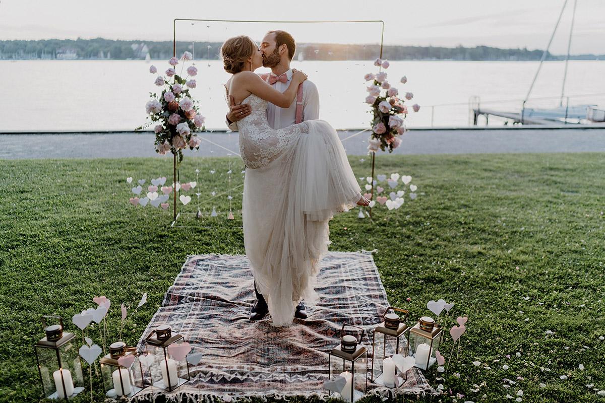 Bräutigam trägt Braut auf Händen - Villa Blumenfisch Berlin Hochzeitsfotograf © www.hochzeitslicht.de