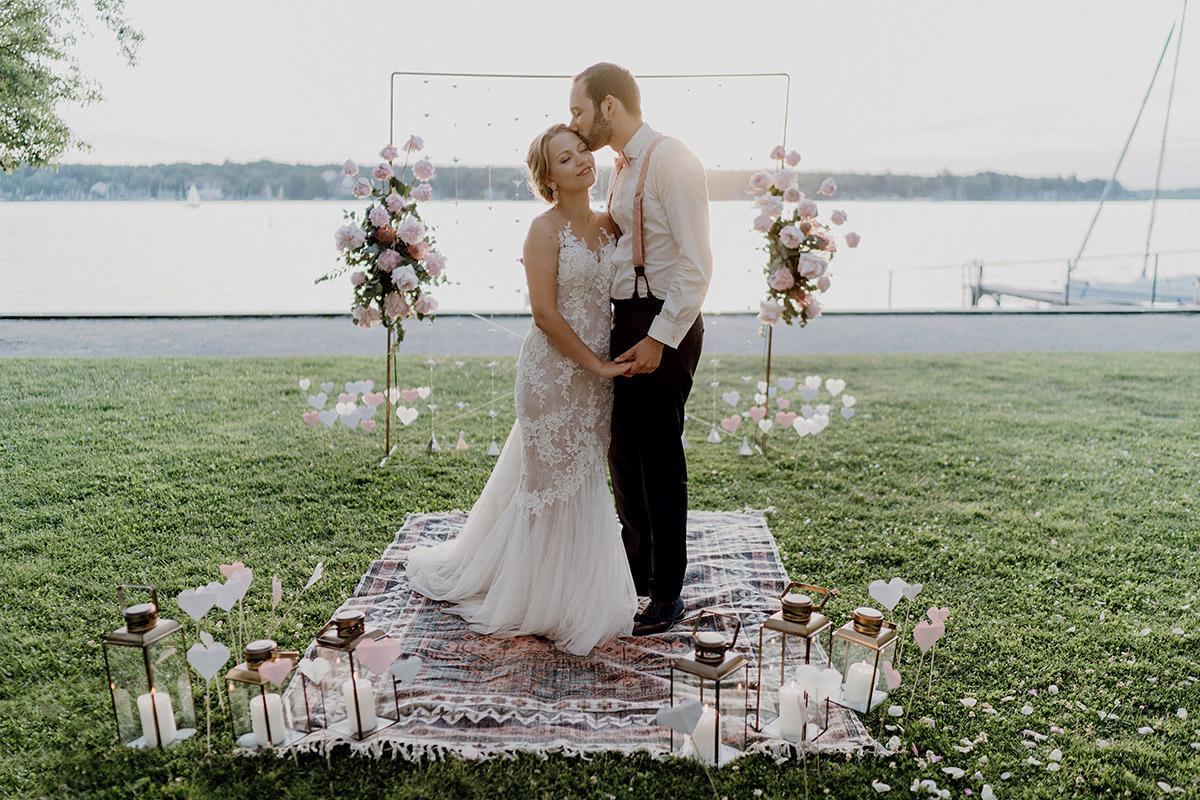 romantisches Brautpaarfoto bei Abendsonne am See auf Boho-Hochzeit - Villa Blumenfisch Berlin Hochzeitsfotograf © www.hochzeitslicht.de