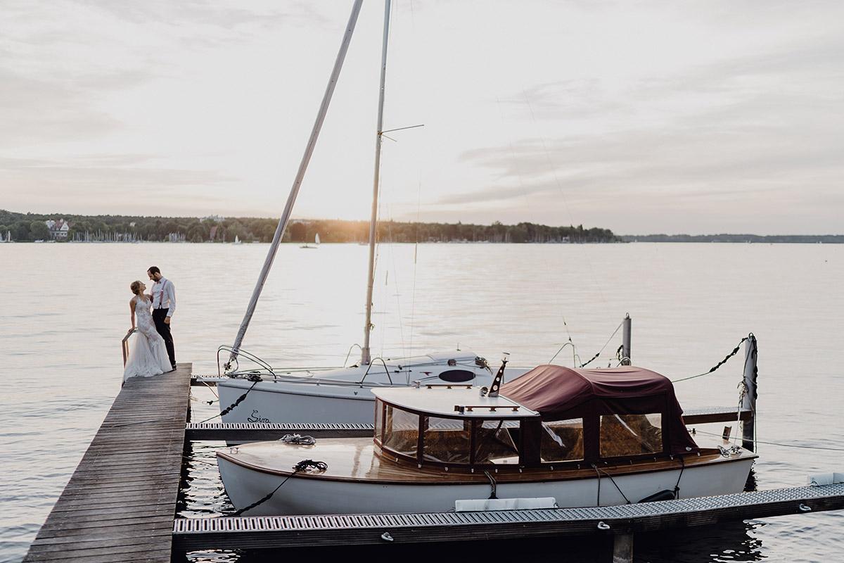 Brautpaarfoto am See bei Abendsonne - Villa Blumenfisch Berlin Hochzeitsfotograf © www.hochzeitslicht.de