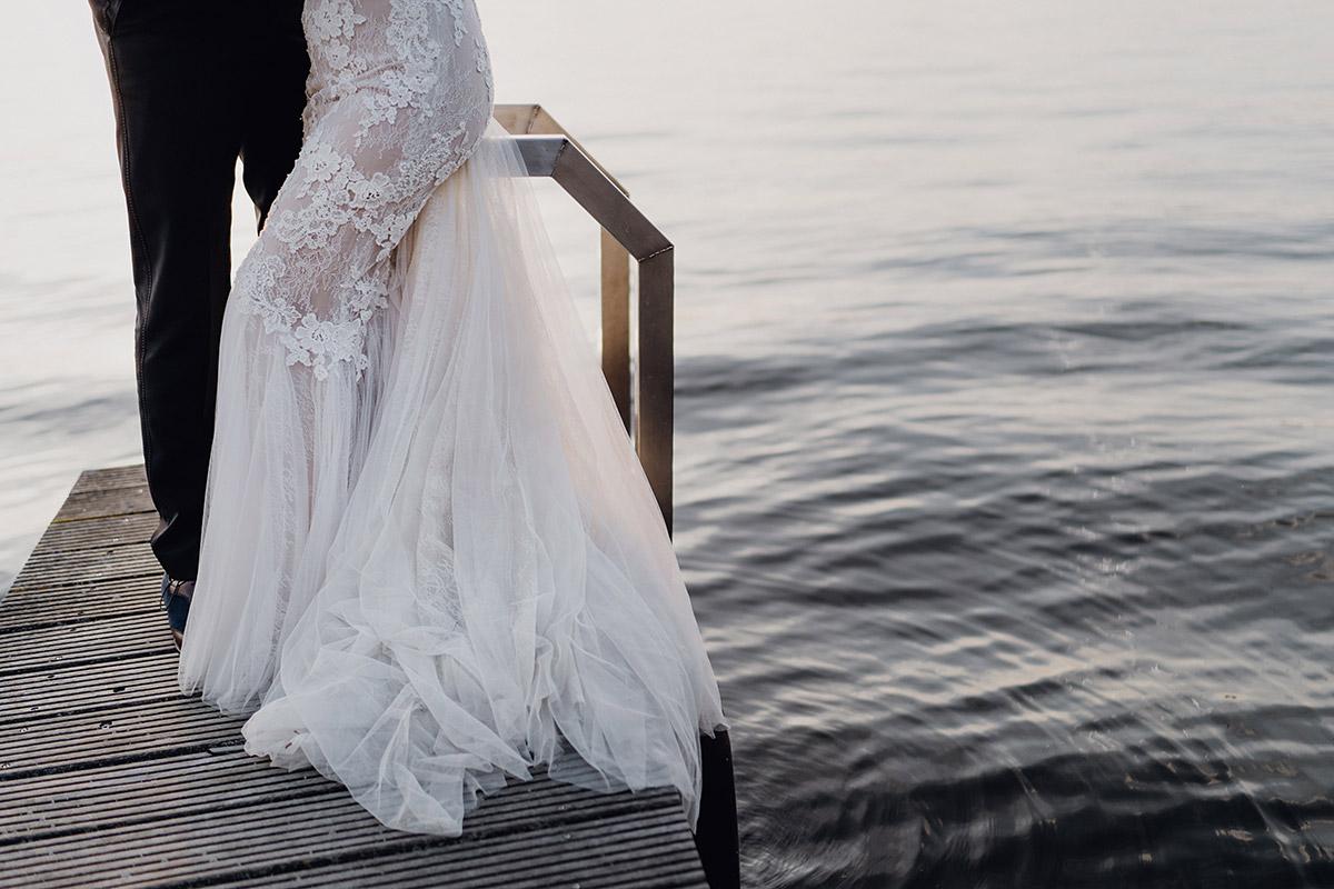 künstlerisches Hochzeitsfoto von Braut und Bräutigam auf Steg am Wannsee - Villa Blumenfisch Berlin Hochzeitsfotograf © www.hochzeitslicht.de