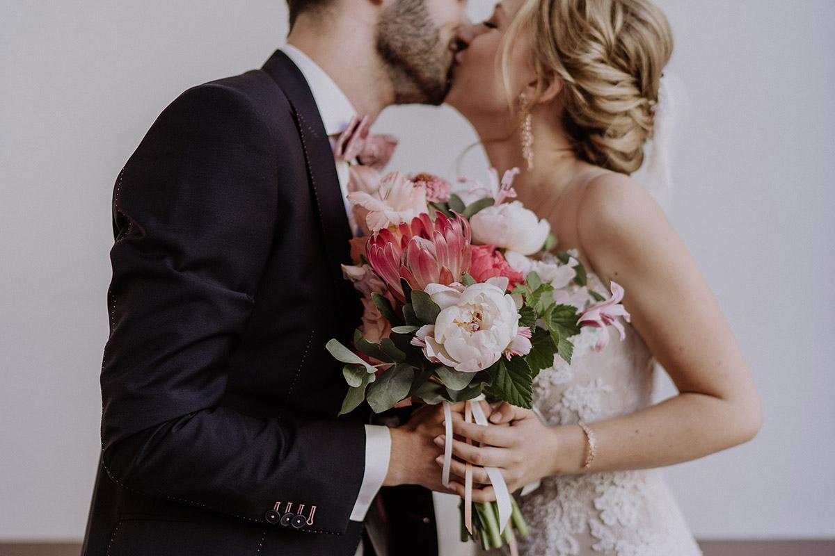 Hochzeitsfoto First Look mit extravagantem Brautstrauß in Rosatönen mit Protea von Marsano Blumen- Schloss Glienicke Hochzeitsfotograf Potsdam © www.hochzeitslicht.de