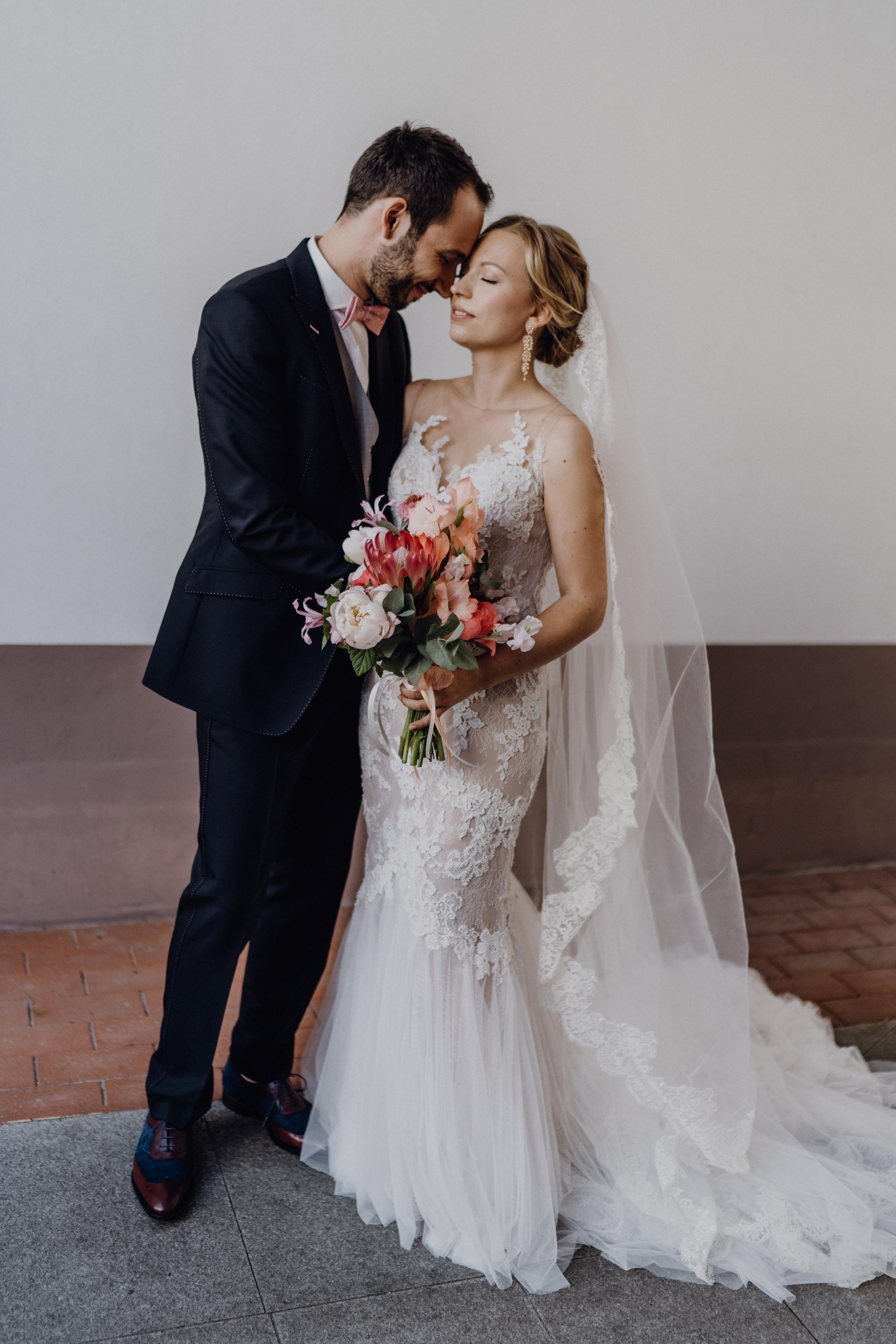Hochzeitsfoto Brautpaar mit üppigem Brautstrauß mit Protea und Pfingstrosen von Marsano Blumen Berlin - Schloss Glienicke Hochzeitsfotograf Potsdam © www.hochzeitslicht.de