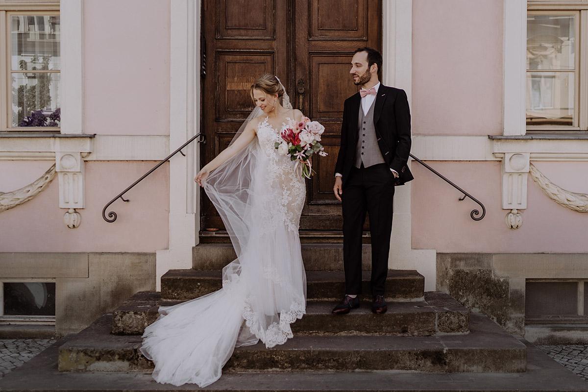 Brautpaarfoto vor rosa Fassade in Potsdam - Schloss Glienicke Hochzeitsfotograf Potsdam © www.hochzeitslicht.de