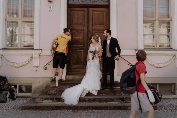 ungestelltes Hochzeitsreportagefoto bei Brautpaarshooting - Schloss Glienicke Hochzeitsfotograf Potsdam © www.hochzeitslicht.de