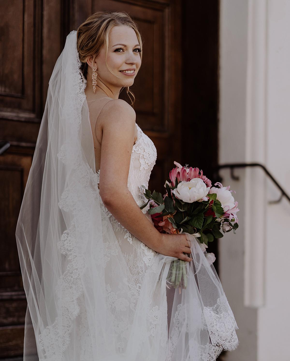 Hochzeitsportrait Braut mit Brautstrauß in rosa und weiß mit Protea von Marsano Berlin - Schloss Glienicke Hochzeitsfotograf Potsdam © www.hochzeitslicht.de