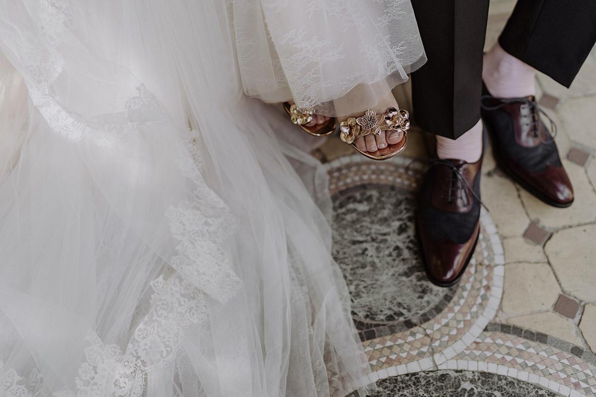 modernes Hochzeitsfoto Schuhe Braut und Bräutigam - Schloss Glienicke Hochzeitsfotograf Potsdam © www.hochzeitslicht.de