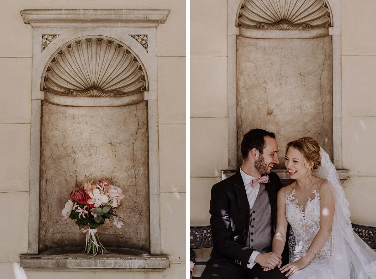 Brautpaarfoto und Detailfoto Brautstrauß in rosa, rot und weiß von Marsano Blumen bei Schloss Glienicke Hochzeit - Schloss Glienicke Hochzeitsfotograf Potsdam © www.hochzeitslicht.de