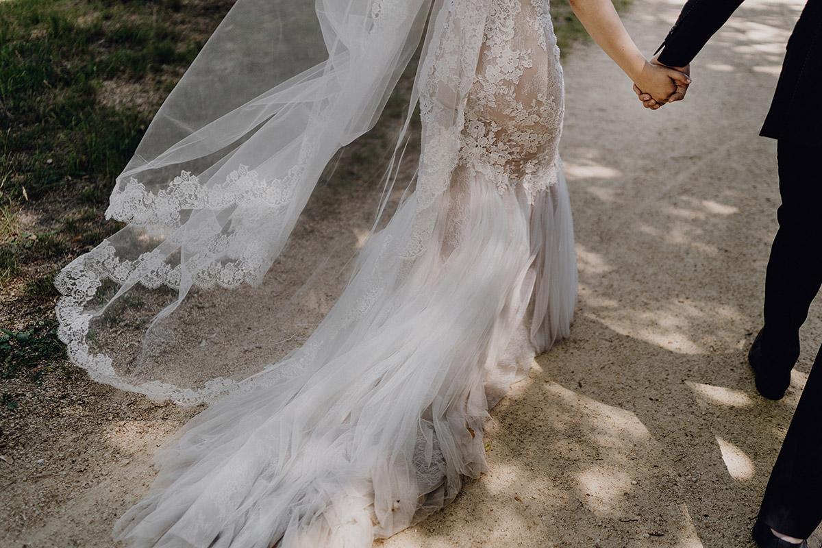 modernes Hochzeitsfoto Schleppe Braut - Schloss Glienicke Hochzeitsfotograf Potsdam © www.hochzeitslicht.de