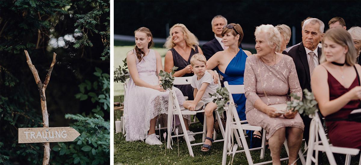 Hochzeitsreportagefoto wartende Gäste bei Trauung am See - Villa Blumenfisch Berlin Hochzeitsfotograf © www.hochzeitslicht.de