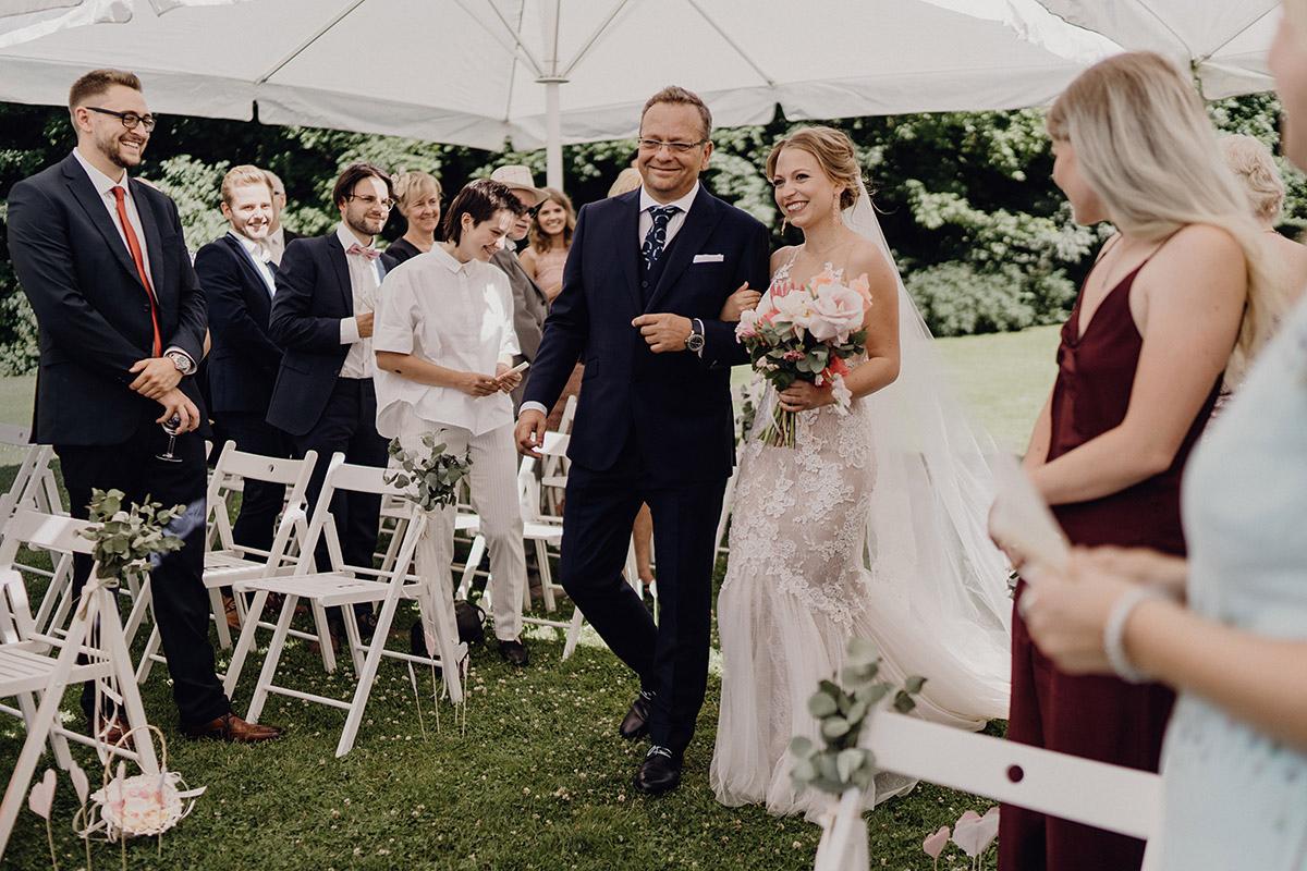 Hochzeitsreportagefoto Einzug der Braut bei Trauung im Garten bei Boho-Hochzeit - Villa Blumenfisch Berlin Hochzeitsfotograf © www.hochzeitslicht.de