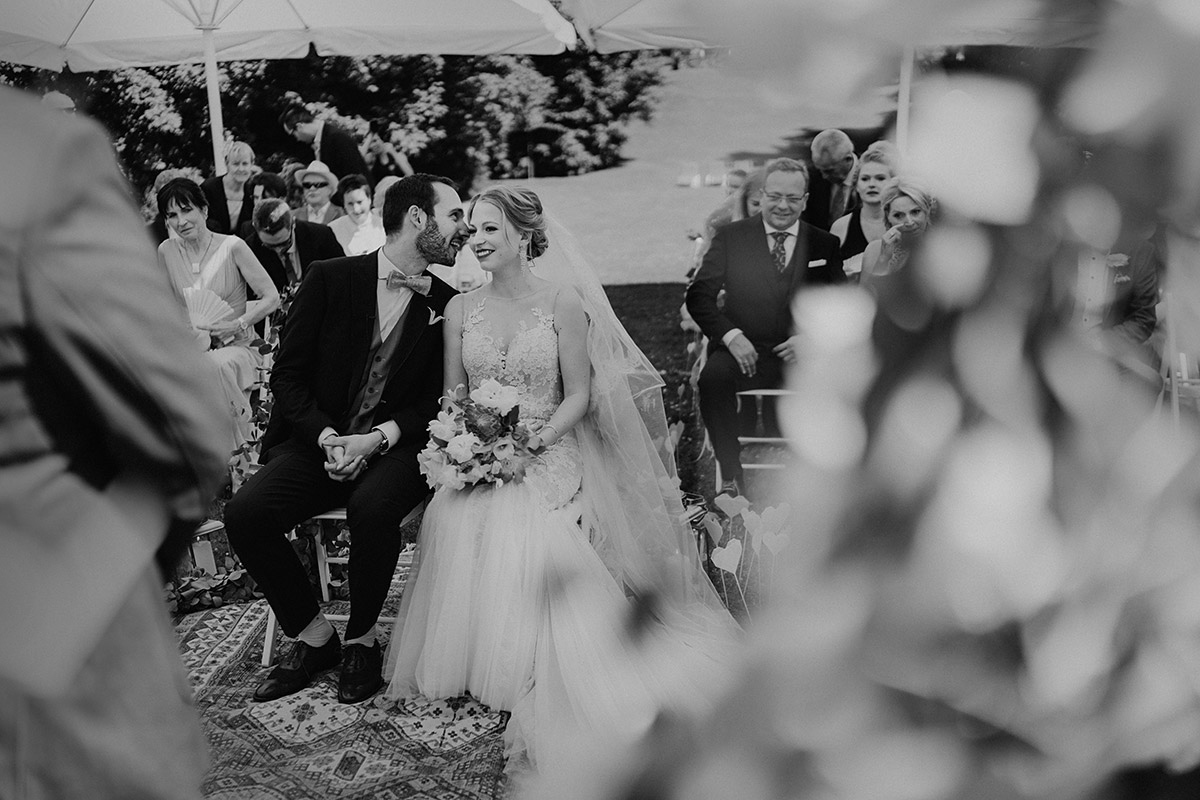 Hochzeitsreportagefoto von Brautpaar bei Trauung - Villa Blumenfisch Berlin Hochzeitsfotograf © www.hochzeitslicht.de