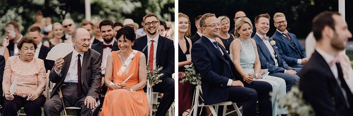 Hochzeitsreportagefotos von Hochzeitsgesellschaft bei Trauung im Freien - Villa Blumenfisch Berlin Hochzeitsfotograf © www.hochzeitslicht.de