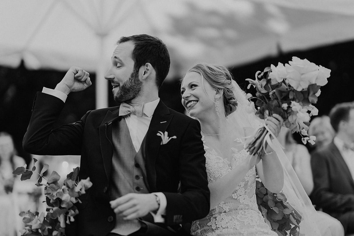 jubelndes Brautpaar nach Ja-Wort bei Bohohochzeit - Villa Blumenfisch Berlin Hochzeitsfotograf © www.hochzeitslicht.de