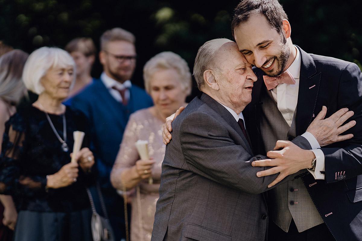 Bräutigam mit Opa bei freier Trauung - Villa Blumenfisch Berlin Hochzeitsfotograf © www.hochzeitslicht.de