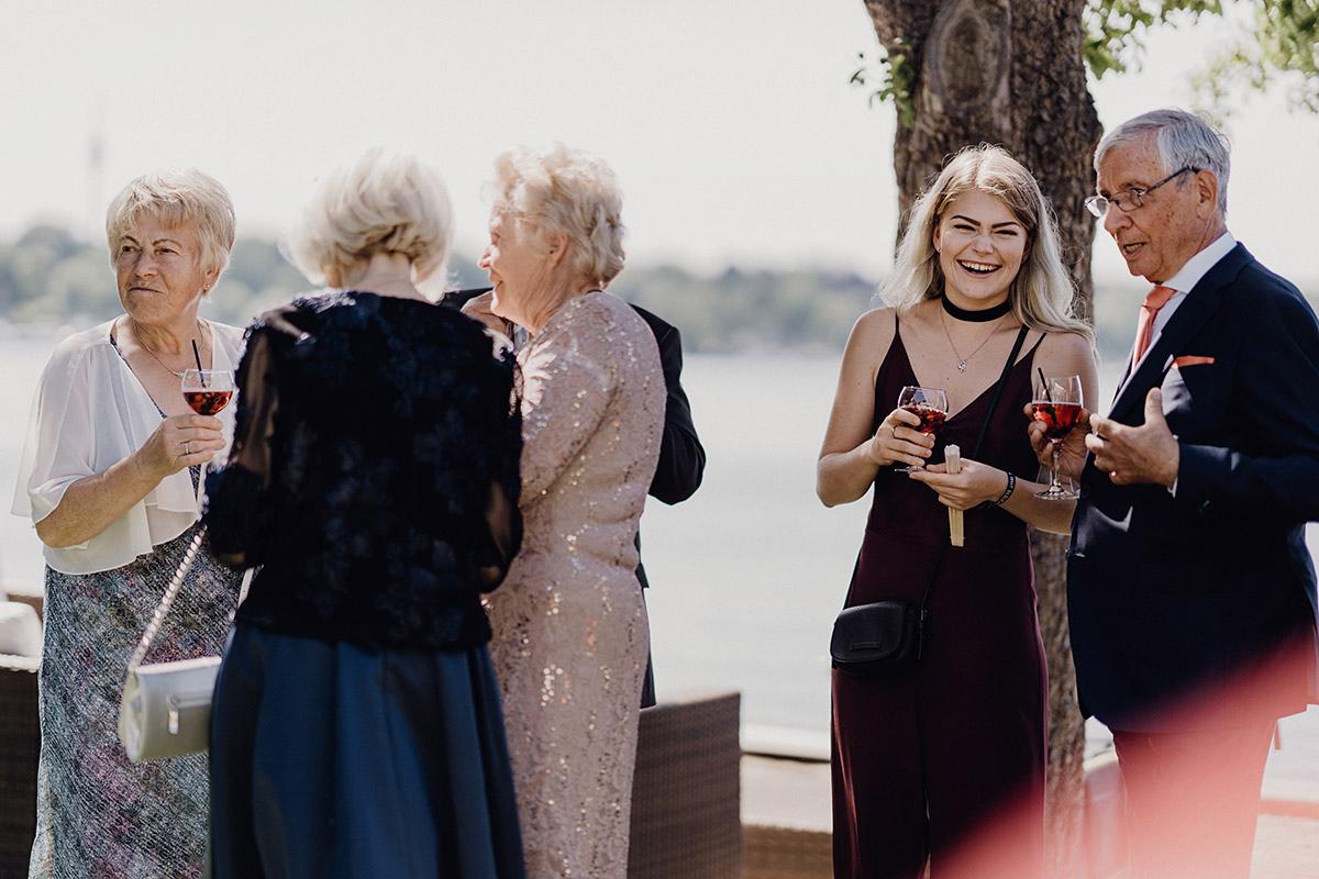 Hochzeitsreportagefoto Sektempfang Villa Blumenfisch Hochzeit - Villa Blumenfisch Berlin Hochzeitsfotograf © www.hochzeitslicht.de