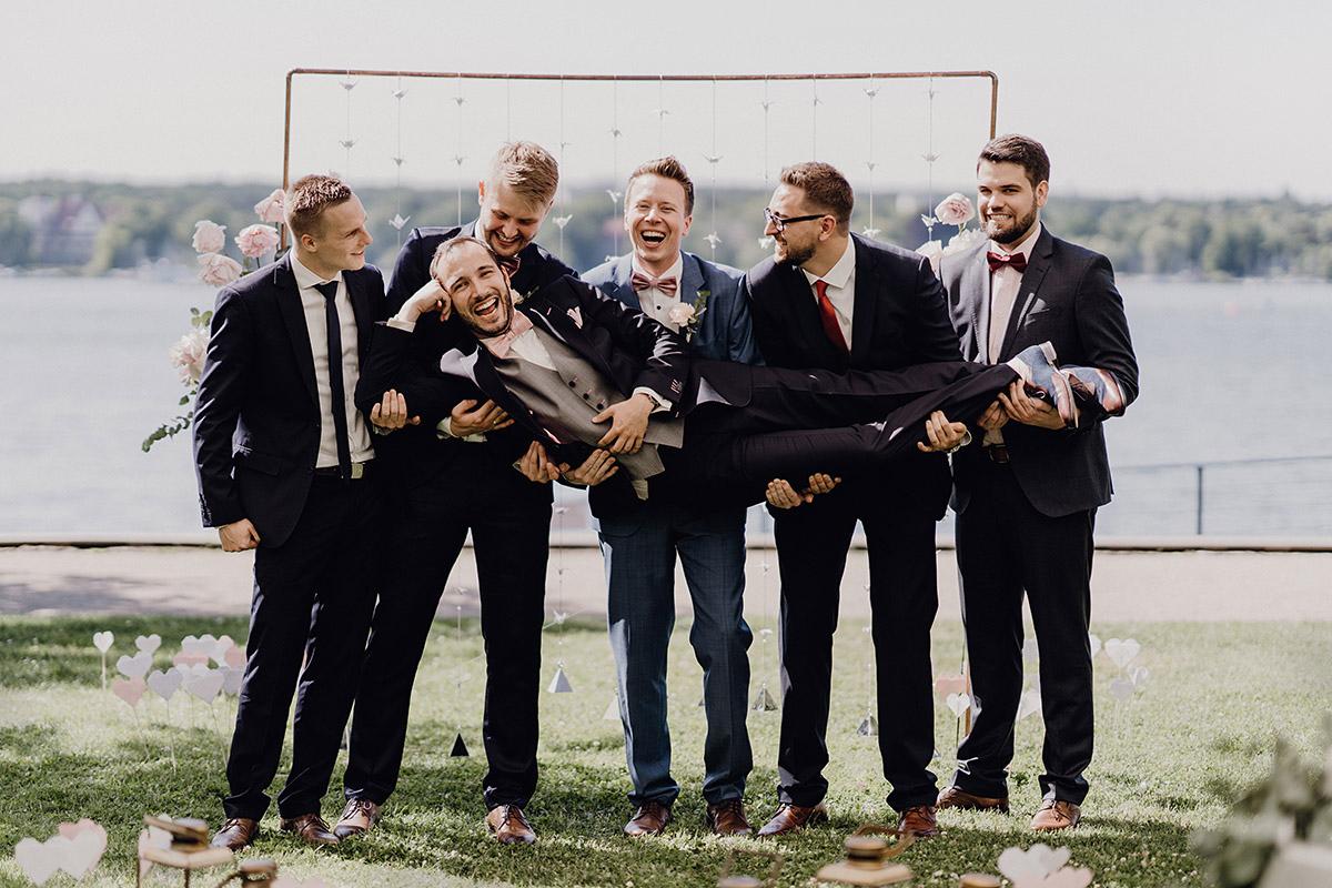 lustiges Hochzeitsfoto von Bräutigam mit Best Men bei eleganter Boho Hochzeit - Villa Blumenfisch Berlin Hochzeitsfotograf © www.hochzeitslicht.de