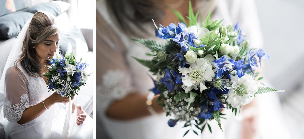 Braut mit Brautstrauß aus blauen und weißen Blumen, Farn und Disteln - Sage Restaurant Berlin Hochzeitsfotograf © www.hochzeitslicht.de