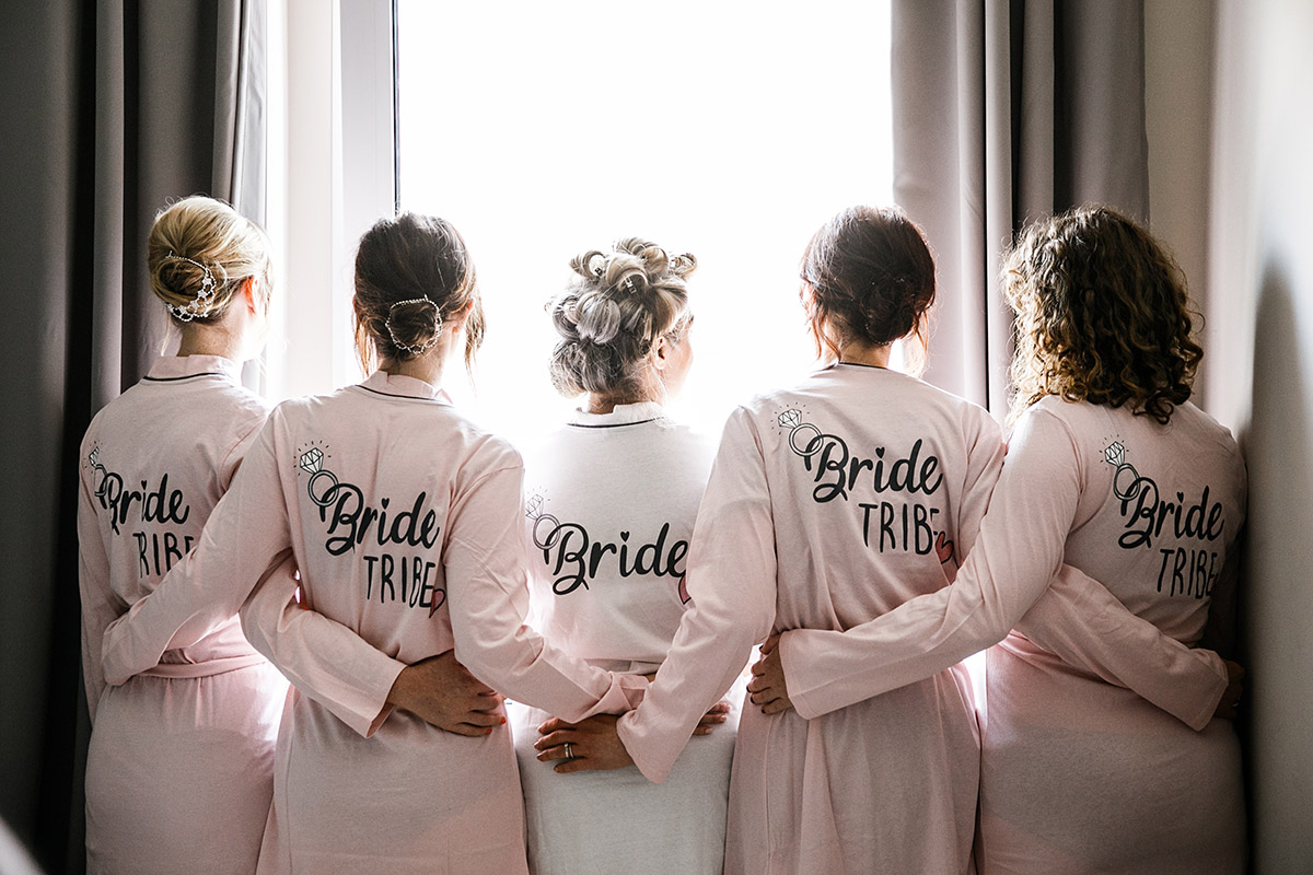 Braut mit Bridesmaids beim Ankleiden - Sage Restaurant Berlin Hochzeitsfotograf © www.hochzeitslicht.de