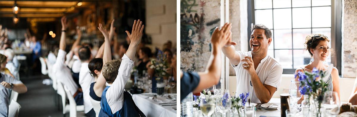 ausgelassene Gäste bei Hochzeitsfeier - Sage Restaurant Berlin Hochzeitsfotograf © www.hochzeitslicht.de