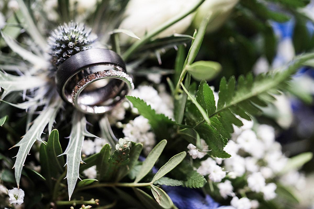 Ringe auf Brautstrauß mit Farn und Disteln - Sage Restaurant Berlin Hochzeitsfotograf © www.hochzeitslicht.de