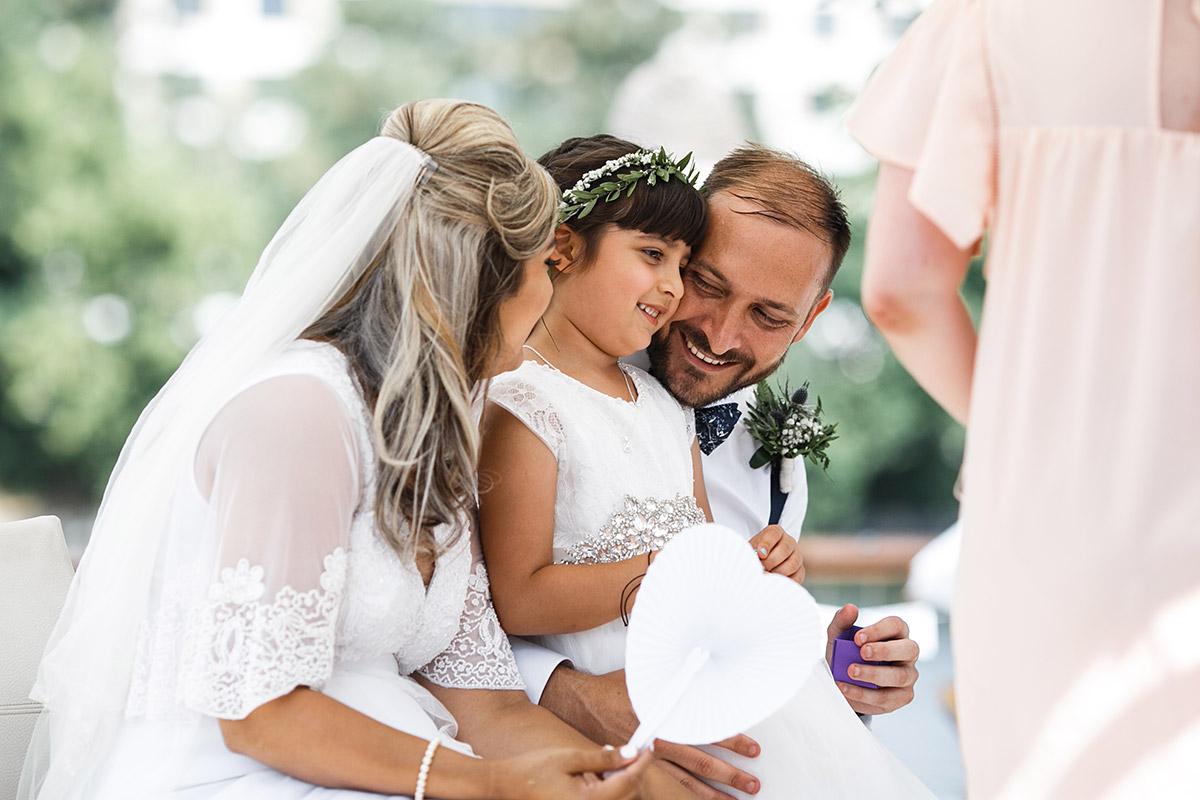 ungestelltes Hochzeitsfoto von Brautpaar mit Blumenmädchen - Sage Restaurant Berlin Hochzeitsfotograf © www.hochzeitslicht.de