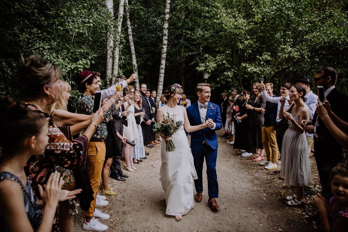 Gäste gratulieren Brautpaar beim Einzug in Location Museumsdorf Düppel - Hochzeitsvilla Zehlendorf Berlin Hochzeitsfotograf © www.hochzeitslicht.de