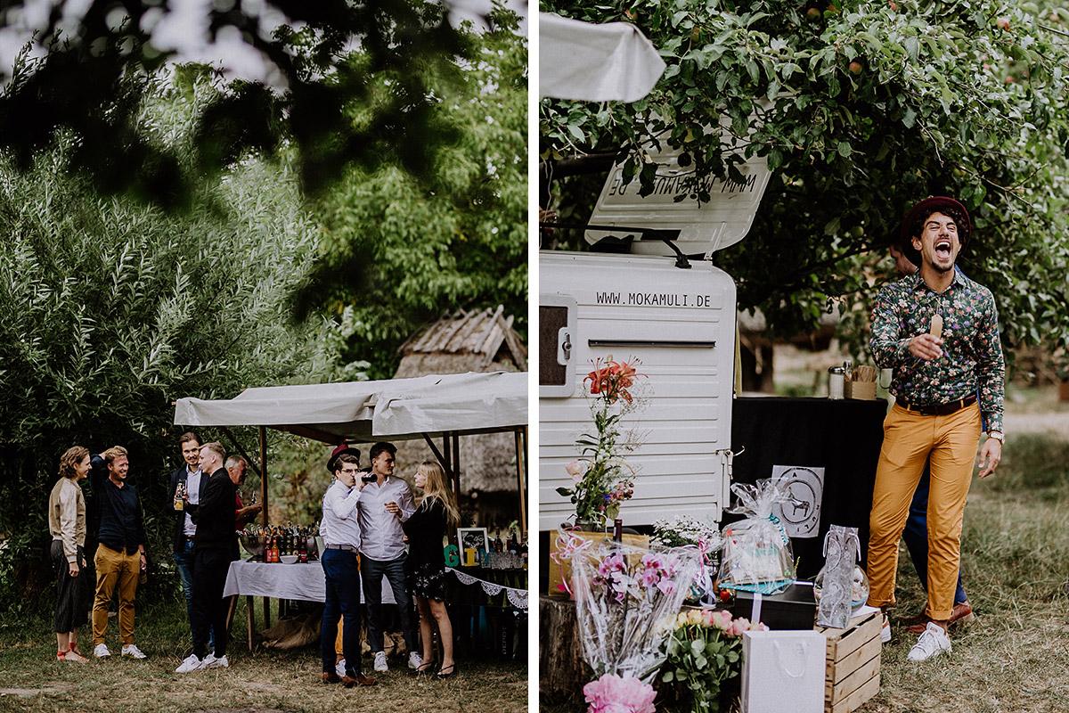 Sektempfang bei Sommerhochzeit Museumsdorf Düppel - Hochzeitsvilla Zehlendorf Berlin Hochzeitsfotograf © www.hochzeitslicht.de