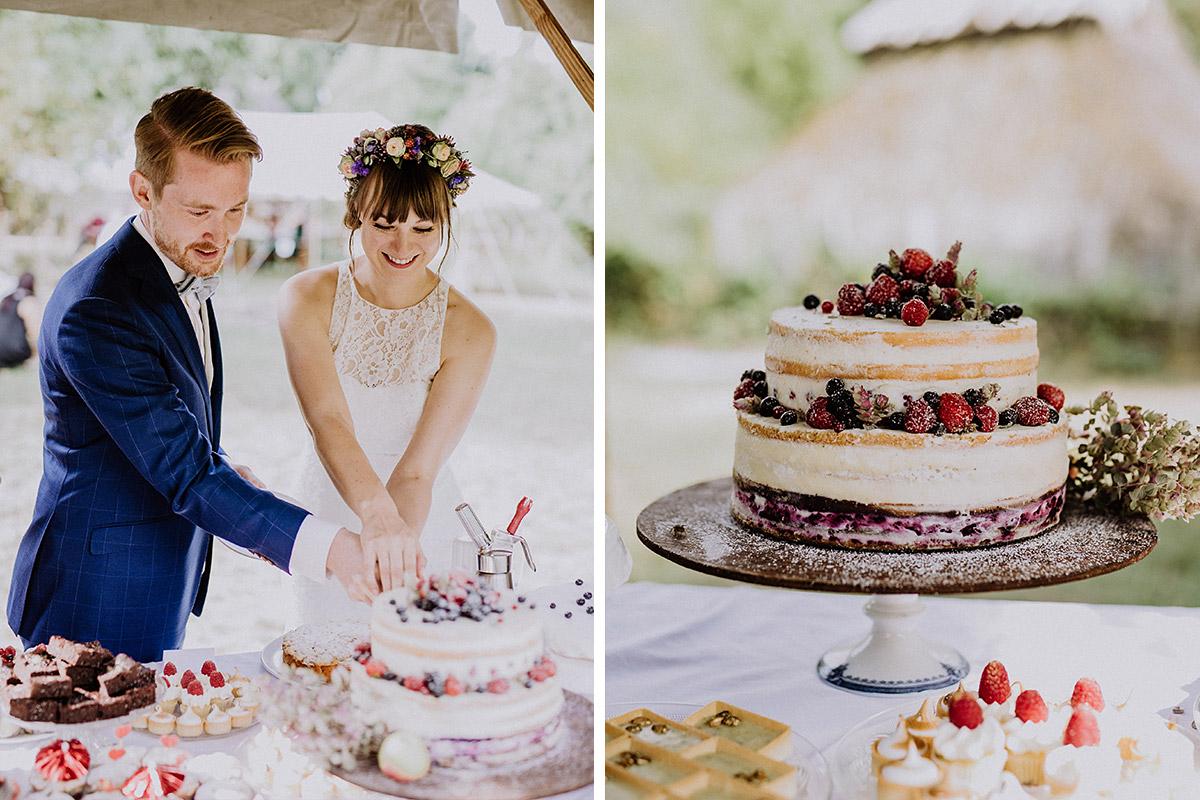 Hochzeitsfoto Anschneiden Hochzeitstorte Naked Cake mit Beeren Sommerhochzeit - Hochzeitsvilla Zehlendorf Berlin Hochzeitsfotograf © www.hochzeitslicht.de