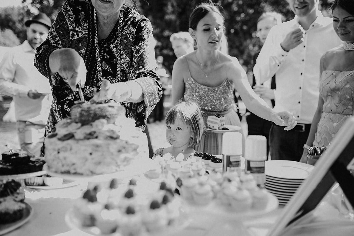 Hochzeitsreportagefoto vom Kuchenbuffet Sommerhochzeit Berlin-Zehlendorf - Hochzeitsvilla Zehlendorf Berlin Hochzeitsfotograf © www.hochzeitslicht.de